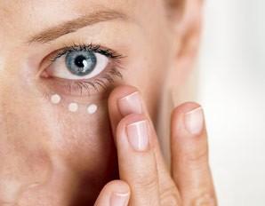 Pielęgnacja skóry wokół oczu – czydobry krem podoczy wystarczy?