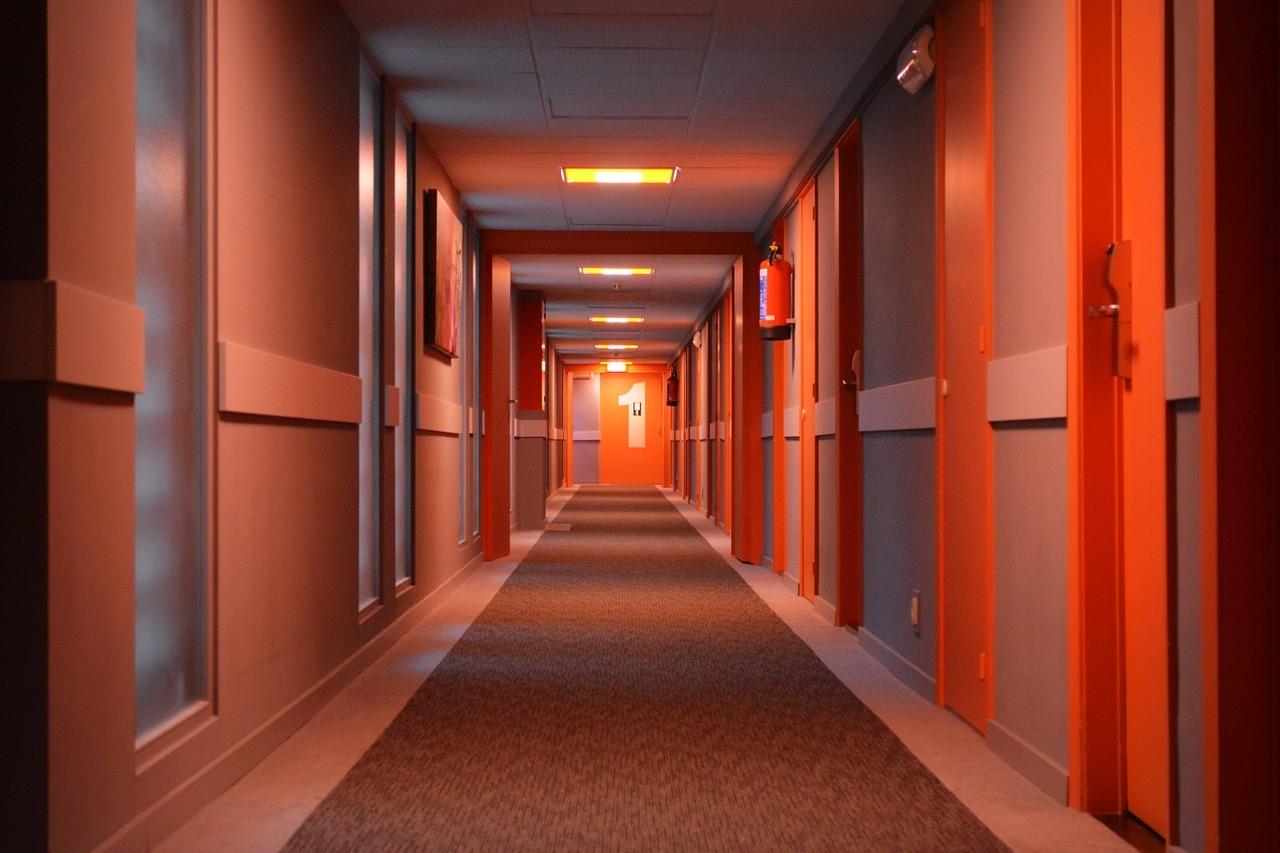 Ciemny korytarz – jakie drzwi dobrać?