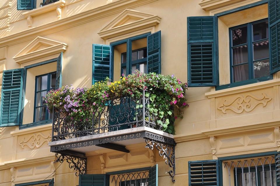 Jak przytulnie zaaranżować balkon najesień?