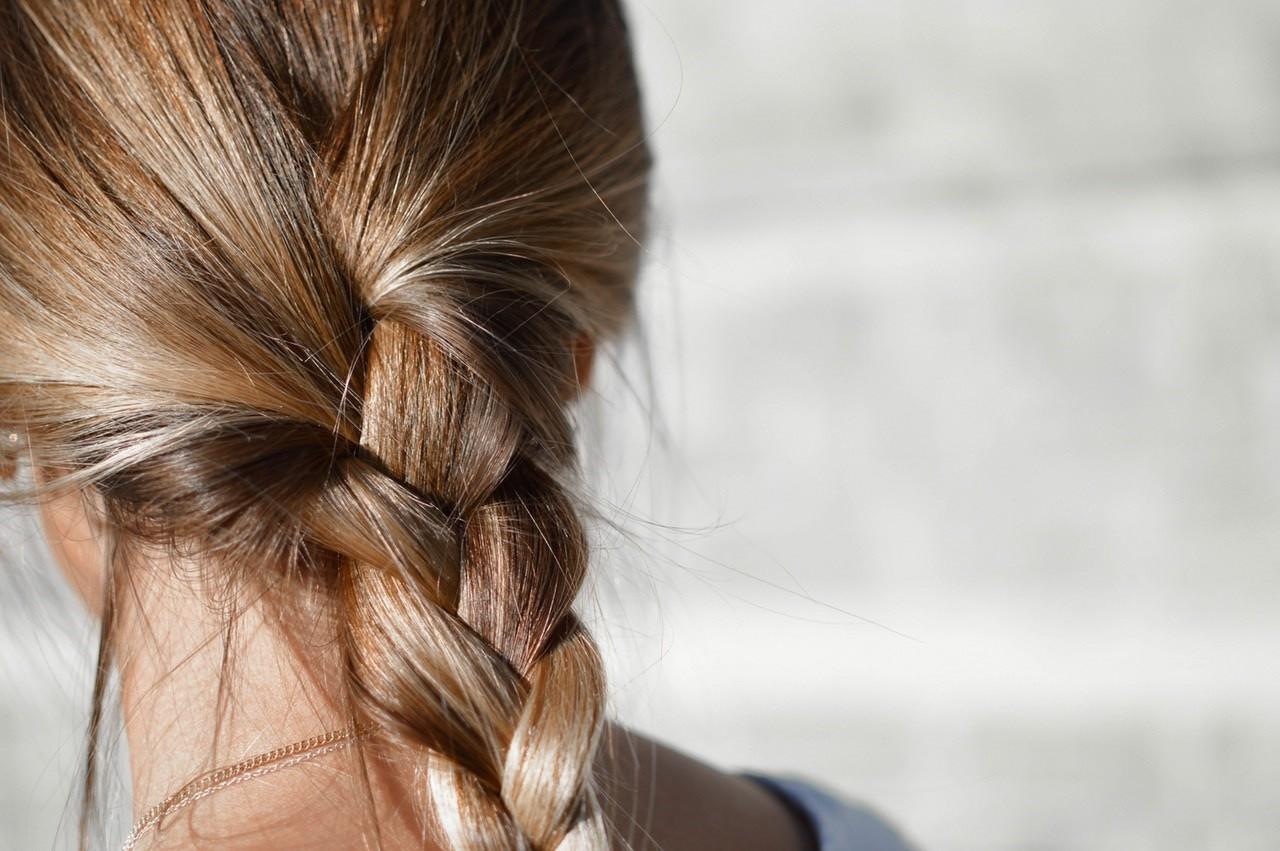 Chcesz mieć piękne izdrowe włosy? Podpowiadamy, jakie kosmetyki  powinny znaleźć się wtwojejkosmetyczce