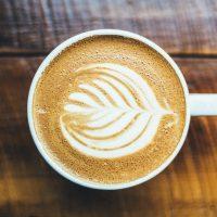 Jak wykonać kawę zpuszystą pianką bezużycia profesjonalnego ekspresu?