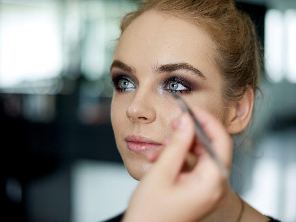 Makijaż na sesję zdjęciową – jak wykonać trwały makijaż do zdjęć?