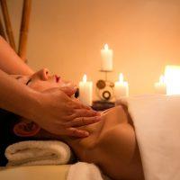 Kojące właściwości masażu świecą zapachową